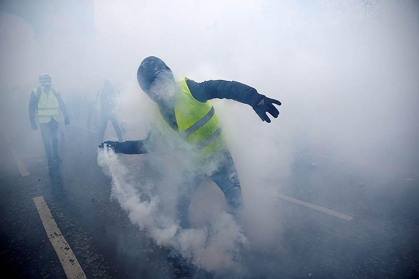 На акции протеста 1 декабря, по словам главы парижской полиции Мишеля Дельпюэша, в Париже активисты подожгли шесть зданий и более 100 автомобилей
