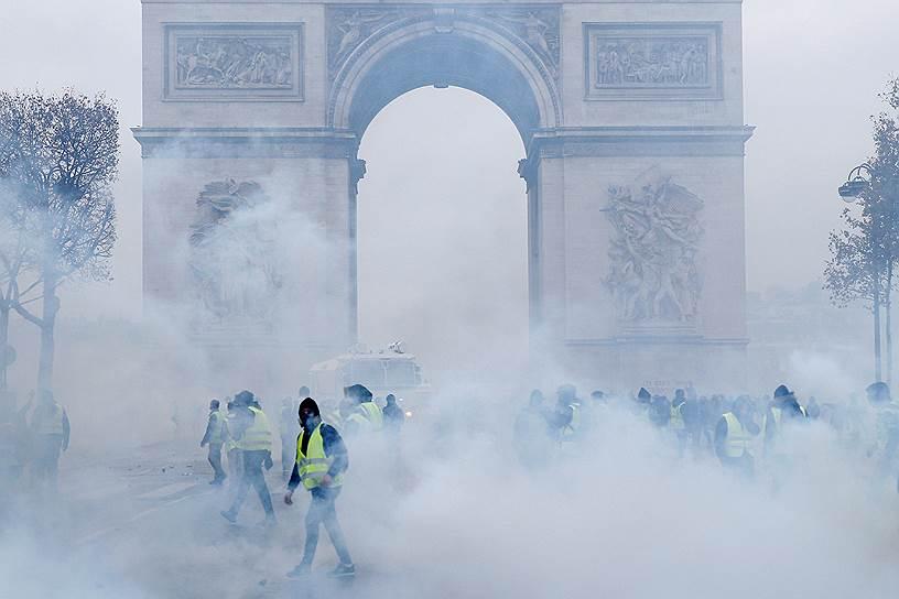 Участники акций ворвались в музейные помещения Триумфальной арки, где повредили статую Наполеона