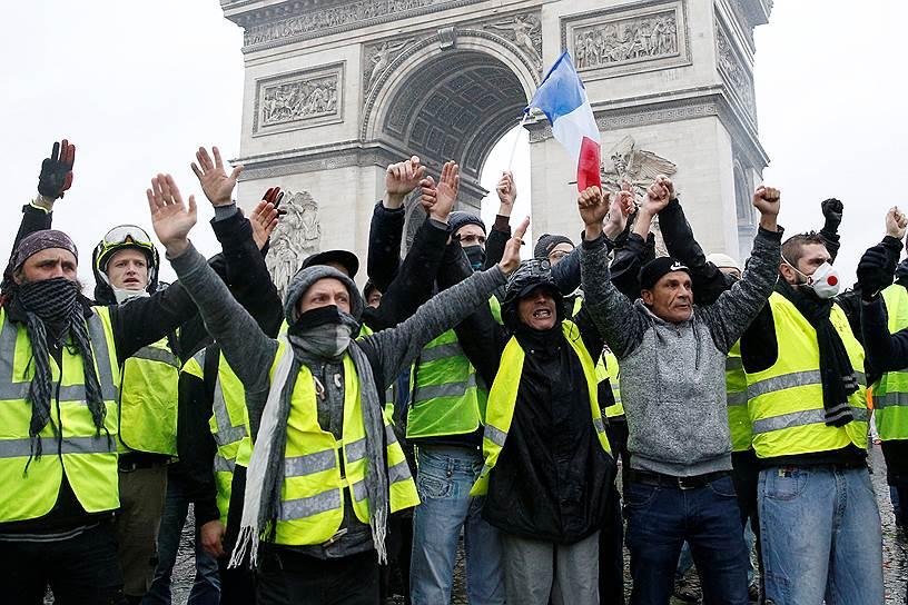 В ходе беспорядков, охвативших Париж 1 декабря, были задержаны 412 человек, более 130 человек были ранены, включая более 20 сотрудников правоохранительных органов