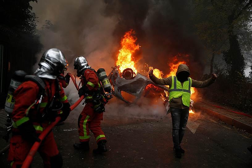 1 декабря протестные акции «желтых жилетов» и беспорядки охватили практически всю страну, которые сопровождались столкновениями с полицией и погромами. В протестах приняли участие десятки тысяч человек