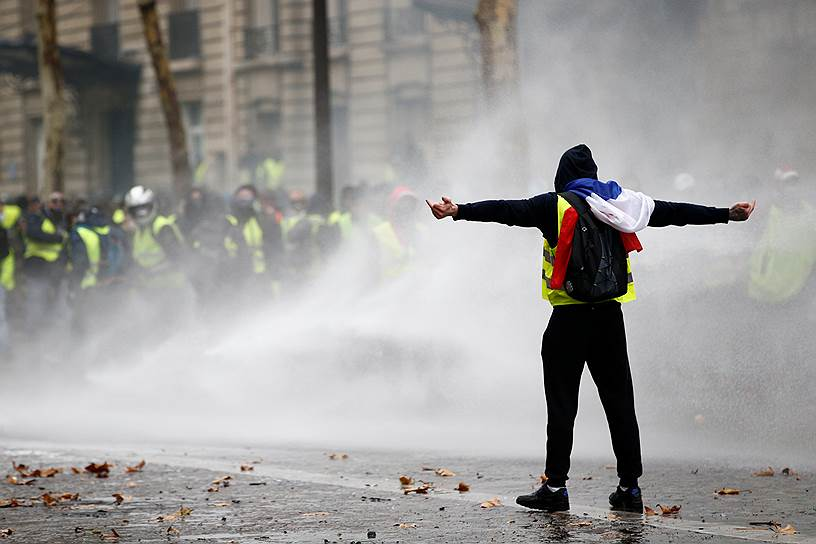 3 декабря около 140 человек, задержанных в Париже в ходе акций протеста против роста цен на бензин, предстали перед судом. Арест еще 111 человек был продлен, а в отношении 81 участника протестов судебные разбирательства были прекращены