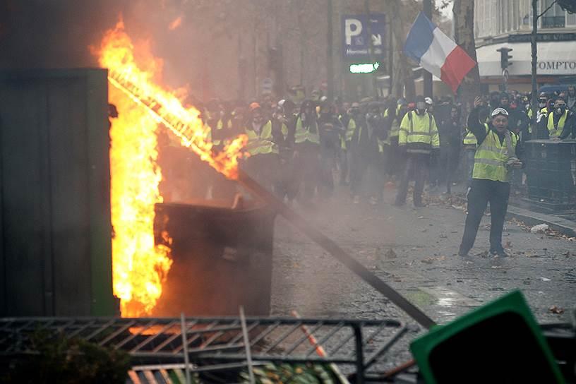 В Париже акция протестов переросла в беспорядки - протестующие разбивали витрины магазинов, закидывали полицейских камнями, дымовыми шашками и бутылками с зажигательной смесью