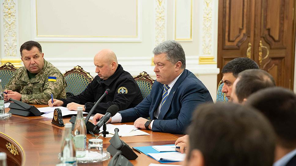 Глава СНБО Украины Александр Турчинов (второй слева) и президент Украины Петр Порошенко (в центре) во время заседания с членами СНБО в Киеве 26 ноября