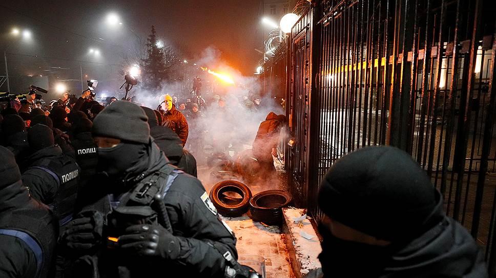Украинские активисты у здания посольства России в Киеве