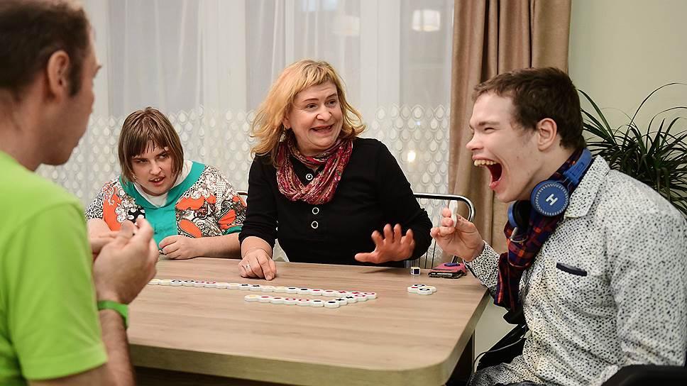 По вечерам жители дома собираются в гостиных, чтобы общаться с гостями и друг с другом