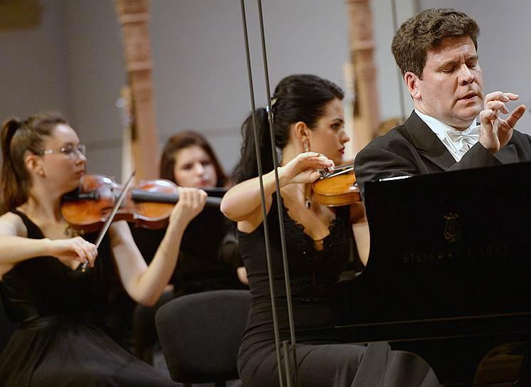 Пианист Денис Мацуев во время концерта