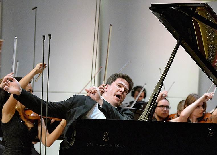 Пианист Денис Мацуев во время концерта.