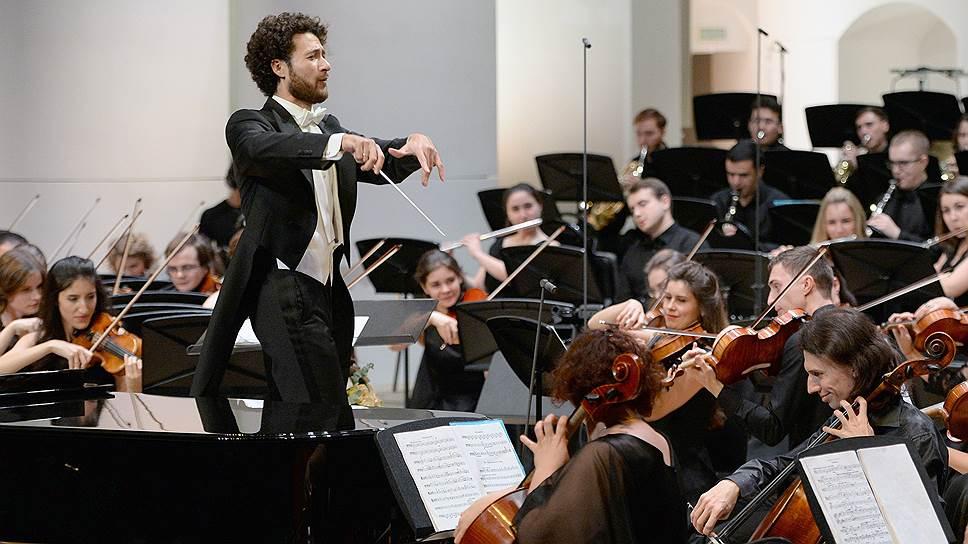 Дирижер Димитрис Ботинис во время концерта