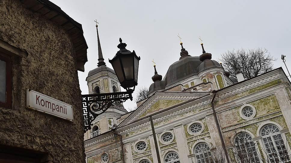 Успенский собор в Юрьеве (Тарту), все служители которого были арестованы, а большинство расстреляны, расположен неподалеку от дома, в подвале которого ЧК держала арестованных