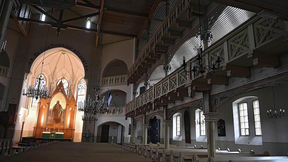 В занятых коммунистическими полками городах, коммунары предпочитали оглашать свои декреты в церквях. На фото — тартусская церковь святого Петра
