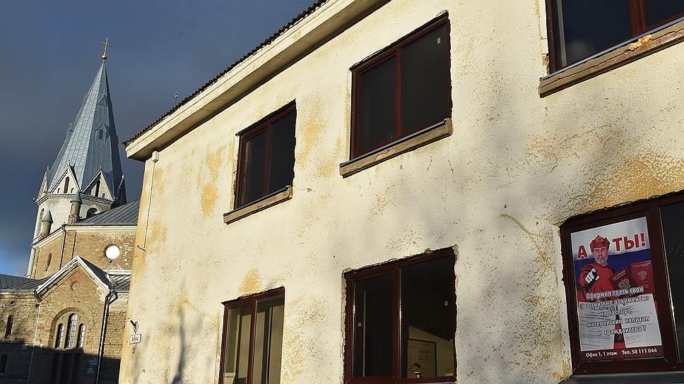 В здании Александровской лютеранской церкви в Нарве оглашались все декреты коммуны. Соседние с церковью дома и в наши дни тесно связаны с Россией