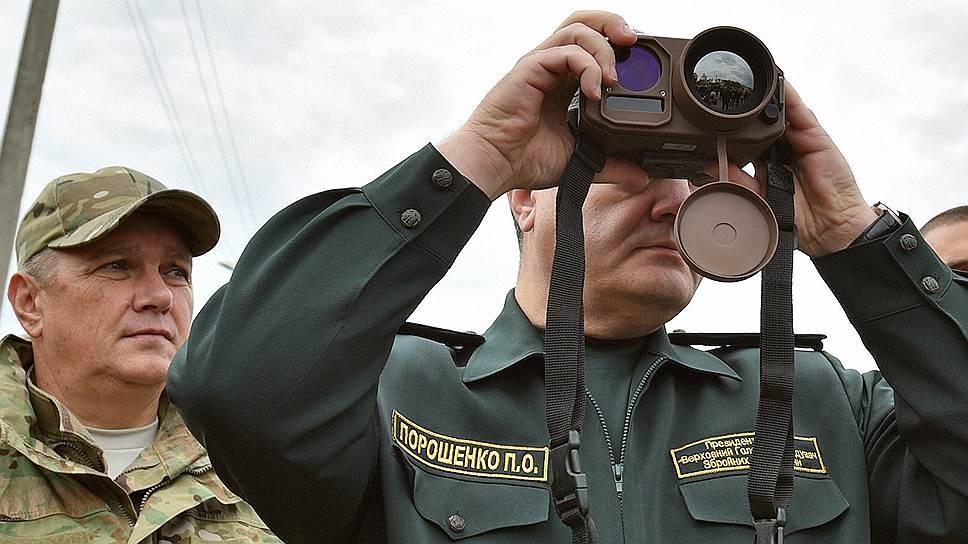 Президент Украины Петр Порошенко (справа)