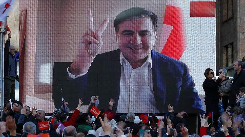 Михаил Саакашвили из Амстердама обратился к митингующим, призвав их продолжить борьбу и пообещав вернуться на родину тотчас, как только его призовет народ