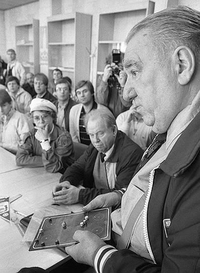 В 1975 году возглавил футбольный ЦСКА, однако был уволен после первого сезона из-за неудовлетворительных результатов