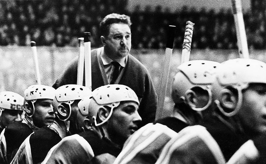 Во время Великой Отечественной войны находился на охране объектов в Москве, прошел обучение на краткосрочных офицерских курсах. В 1946-1947 годах возглавлял сначала футбольную, а затем хоккейную команду ВВС