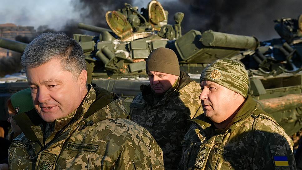 Президент Украины Петр Порошенко (слева) и министр обороны Украины Степан Полторак (справа)
