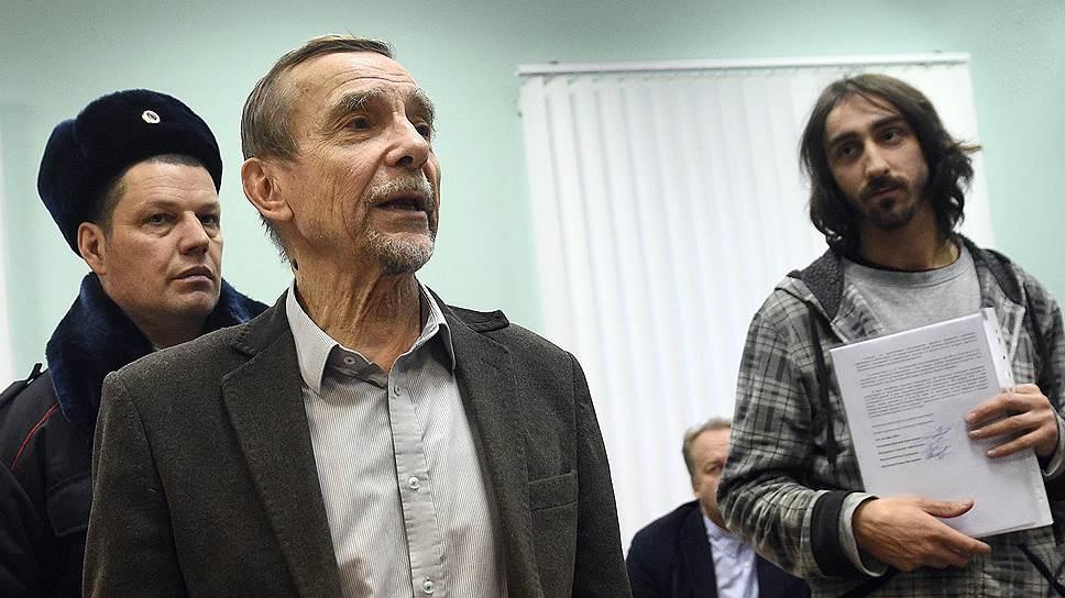 Председатель правозащитного движения «За права человека» Лев Пономарев (в центре)
