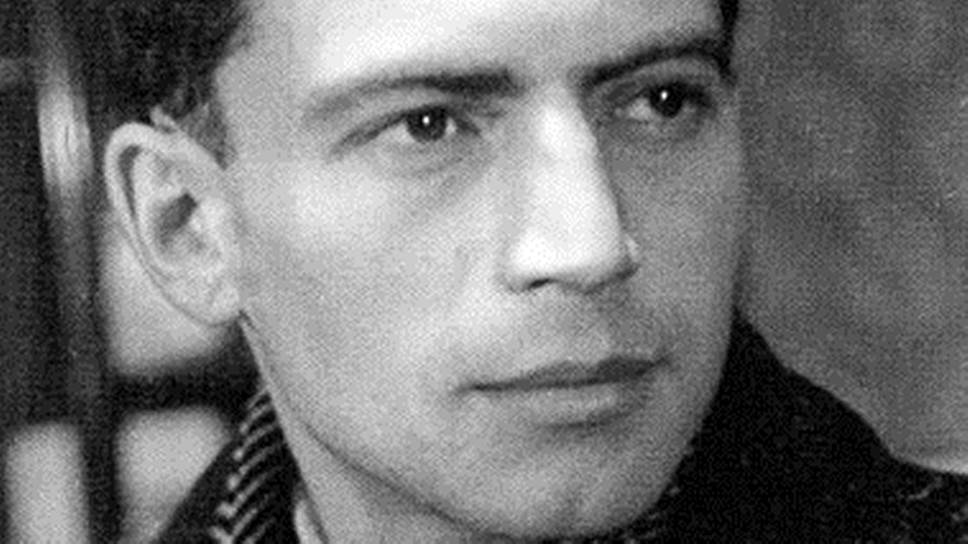 Лев Абрамович Бородулин родился в 1923 году. С детства мечтал о фотографии. В 1940 году поступил на художественное отделение Московского полиграфического института, но через год ушел на фронт. Прошел всю войну, награжден медалями «За оборону Москвы» и «За взятие Берлина». После войны закончил обучение