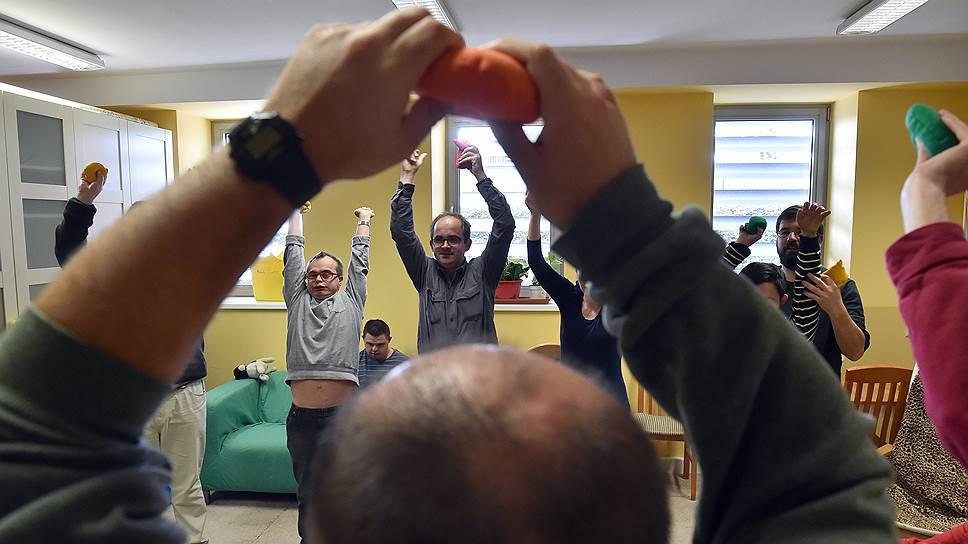 Взрослые с ментальным нарушениями посещают дневной центр НКО «Открытые двери», где их учат навыкам самообслуживания