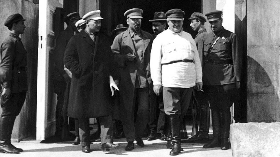 Секретарь ЦИКа Енукидзе (на фото — в белом) хотел, чтобы история с выплатами «особо ответственным товарищам» не запятнала его репутацию