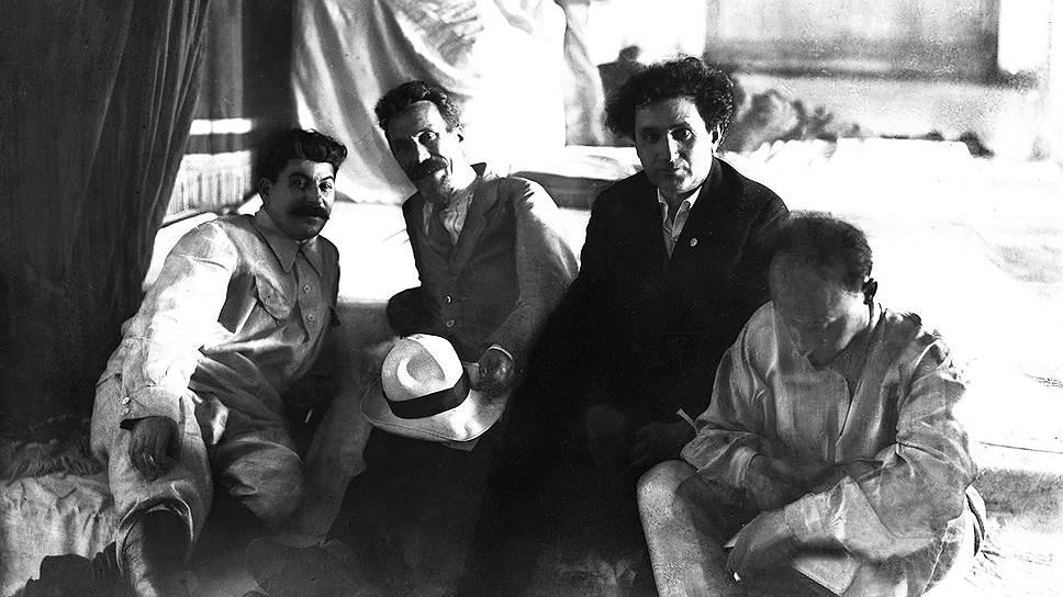 Сталин отмечал, что понимает, что колоссальные расходы на отдых Зиновьев делит с Бухариным (на фото слева направо — Сталин, Рыков, Зиновьев и Бухарин)