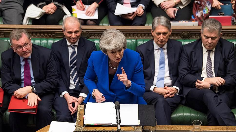 Как Тереза Мэй удержалась в кресле премьера и теперь должна найти новый путь к «Брекситу»