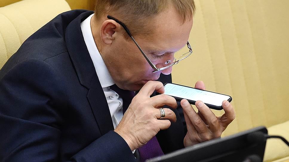 Член комитета ГД России по безопасности и противодействию коррупции Андрей Луговой во время заседания