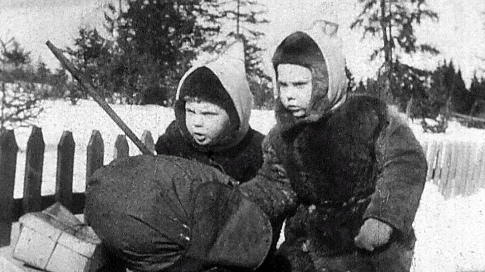 Чук и Гек с раннего детства знают фамилию наркома обороны Ворошилова (кадр из фильма «Чук и Гек», 1953 год)