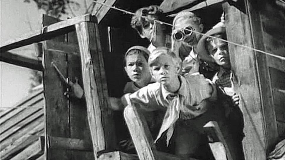 Тимур Гараев и его команда подали пример всем советским пионерам – помогать семьям красноармейцев (кадр из фильма «Тимур и его команда», 1940 год)
