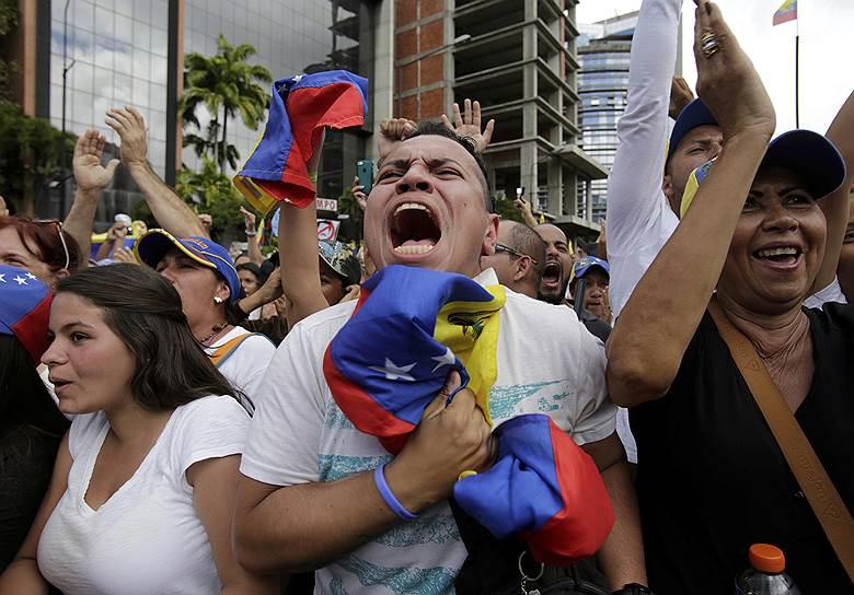 Протестующие оппозиционеры скандируют «Мадуро, уходи!»