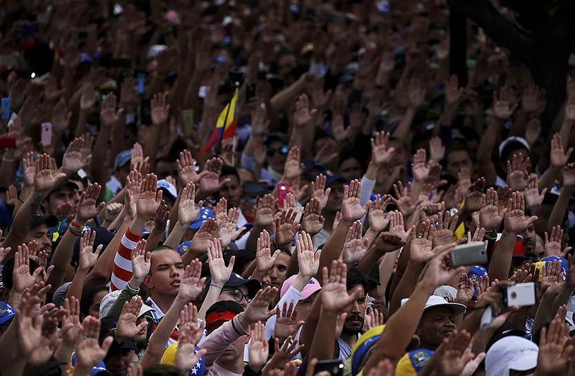О признании Хуана Гуаидо легитимным венесуэльским лидером, помимо США, заявили также власти Канады, Бразилии, Парагвая, Перу, Колумбии, Аргентины, Гватемалы