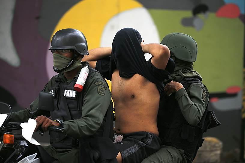 Военные задерживают протестующих в Каракасе