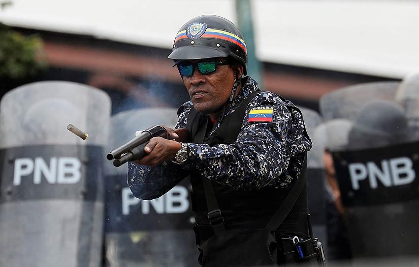 Полицейские применяют резиновые пули против митингующих в Каракасе