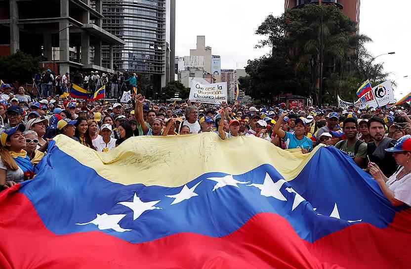 Митингующие перекрыли крупные дорогие Каракаса, движение по ним остановлено