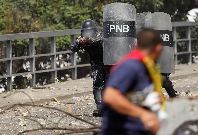 Полицейские стреляют резиновыми пулями по протестующим