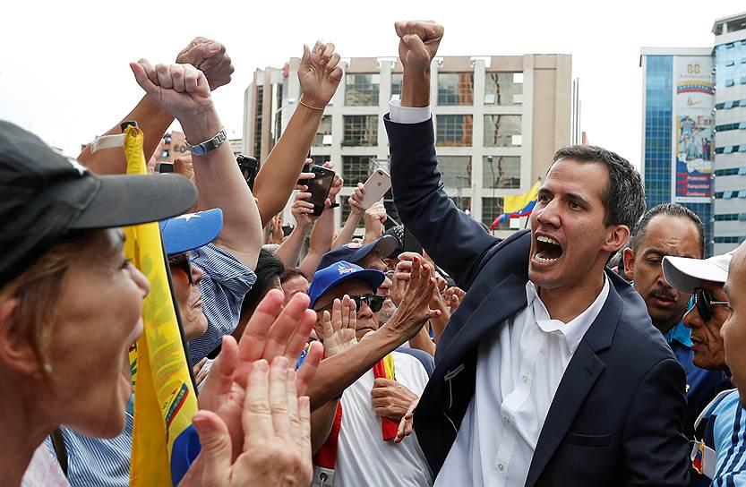 В тот же день председатель Национальной ассамблеи Венесуэлы (контролируемого оппозицией парламента) Хуан Гуаидо (на фото) принес присягу в качестве временного президента страны