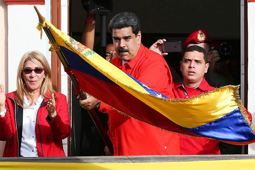 Николас Мадуро, выступая с балкона президентского дворца заявил, что за попыткой госпереворота в стране стоят США