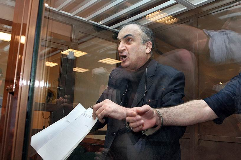 2 июня 2006 года сотрудники ФСБ задержали сенатора от парламента Калмыкии Левона Чахмахчяна при получении взятки в размере $300 тыс. у главы совета директоров компании «Трансаэро» за урегулирование проблем со Счетной палатой. 17 июля 2008 года Мосгорсуд признал экс-сенатора виновным в крупном мошенничестве и приговорил его к девяти годам лишения свободы. В ноябре того же года Верховный суд сократил срок до семи с половиной лет. В мае 2011 года он вышел по УДО