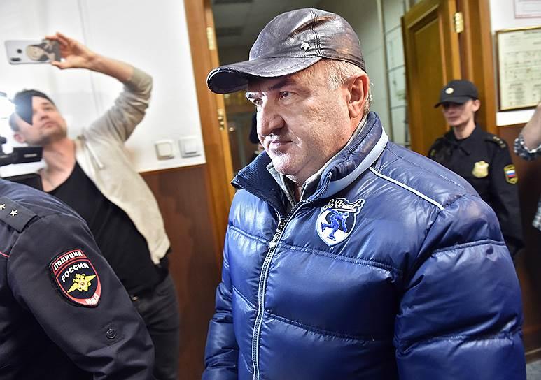 <strong>Рауль Арашуков, отец сенатора Рауфа Арашукова, советник гендиректора ООО «Газпром межрегионгаз»</strong><br>  30 января задержан по делу об организации преступного сообщества и хищении газа на 30 млрд руб. Заключен под стражу на срок до 30 марта. На суде об избрании меры пресечения заявил, что «никогда не совершал никаких преступлений и тем более не был никаким лидером»