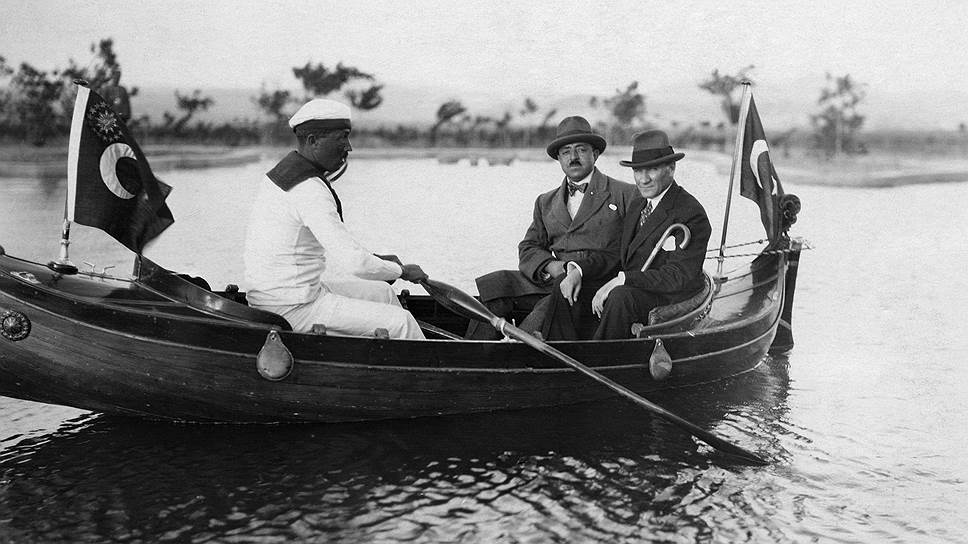 Мустафа Кемаль Ататюрк стремился привить туркам западный образ жизни. На фото он (справа) с королем Афганистана Амануллой-Ханом. Турция, 1928 год