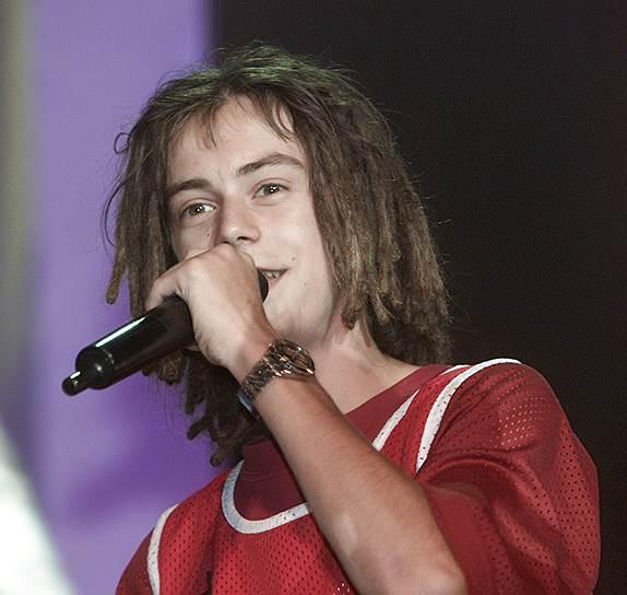 Второй альбом Децла «Уличный Боец» вышел в 2001 году и также стал успешным. Рэпер получил несколько премий, в том числе премии Муз-ТВ, «Стопудовый хит» и «MTV Music Awards» (выбор зрителей России)