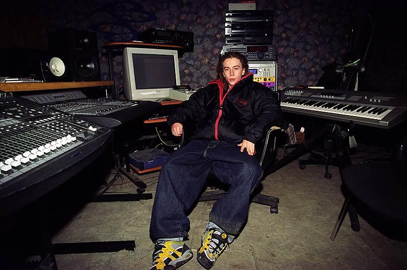 В 2000 году вышел дебютный альбом Децла «Кто? ты». Он разошелся тиражом более миллиона копий. Рэпер получил премию «Record 2000» в номинации «Дебют года». Клипы на песни с альбома («Слезы», «Вечеринка», «Кровь, моя кровь») находились в горячей ротации на радио и телевидении