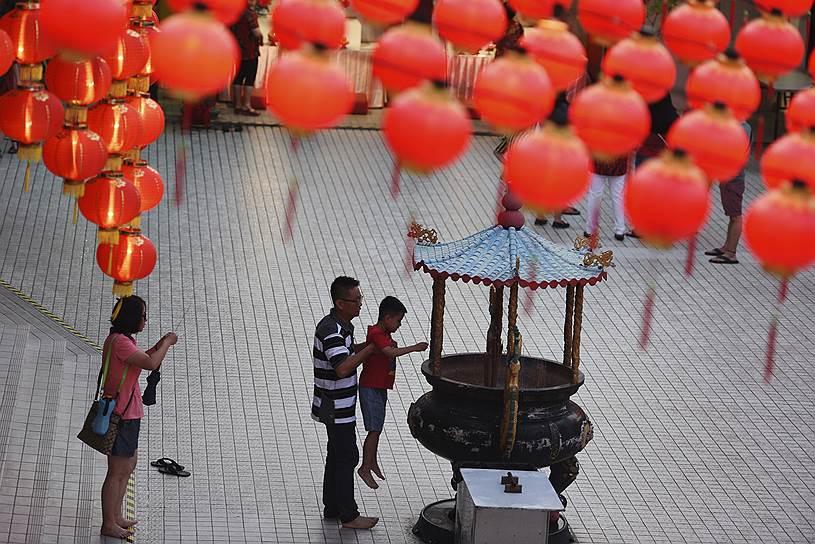 Вместо традиционной елки в азиатских странах, в том числе в Китае, праздничное убранство включает цветы, гирлянды и фонарики