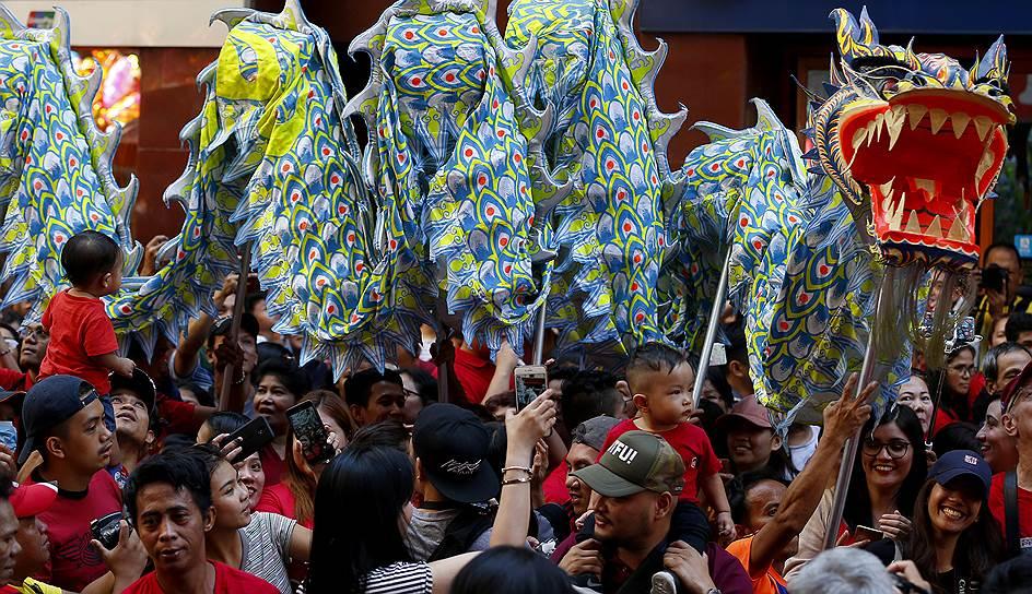 Во время празднования Нового года на улицах городов проходят праздничные шествия, исполняются традиционные танцы львов и драконов