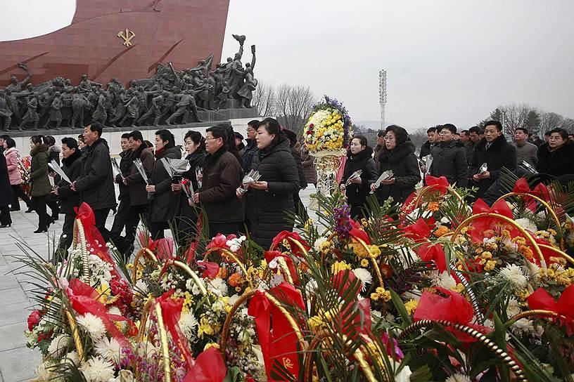 В первый день также сжигают бамбуковые палочки и посещают кладбище, чтобы почтить память умерших близких