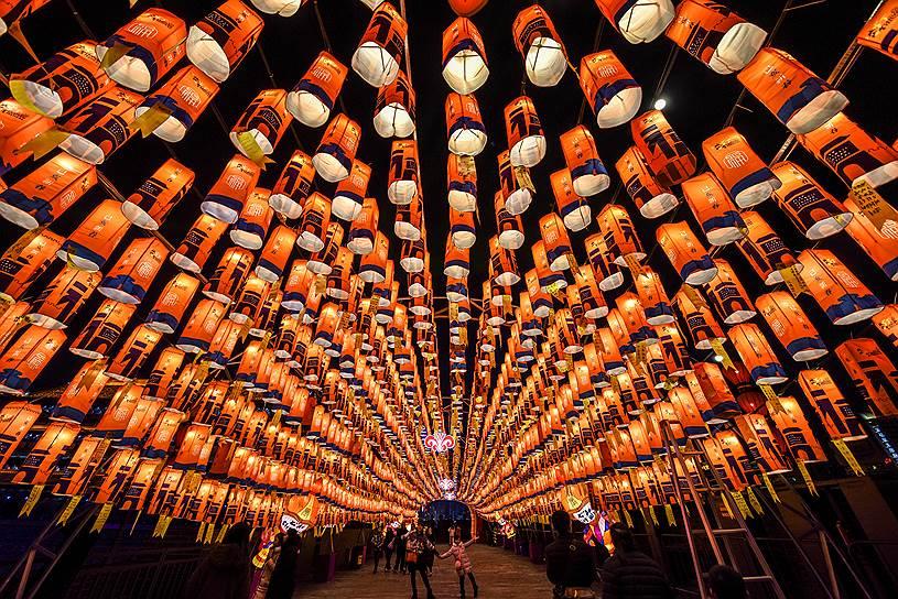 Традиции праздника, которому насчитывается не менее 4 тыс. лет, требуют провести его шумно. Во времена, когда фейерверков не было, китайцы использовали бытовые предметы
