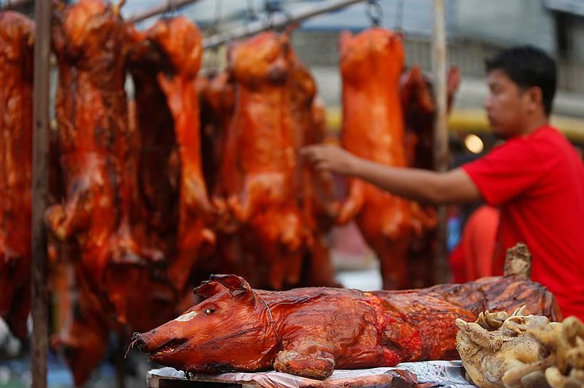 Праздничный ужин принято готовить за несколько часов до Нового года, чтобы в сам праздник не пользоваться ножом — считается, что так можно «отрезать» свою удачу