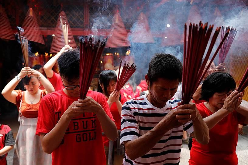 Первый день Нового года начинают с запуска фейерверков и шутих, а также сжигания благовоний. Фейерверки должны отпугнуть злых духов