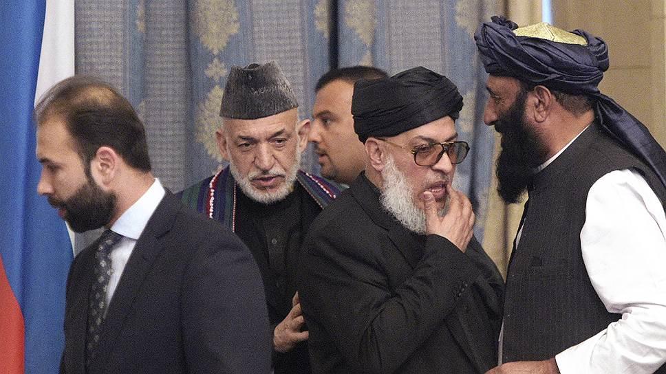 Бывший президент Афганистана Хамид Карзай (второй слева) и руководитель политофиса радикального движения «Талибан» (запрещено в России) Шер Мохаммад Аббас Станакзай (второй справа)
