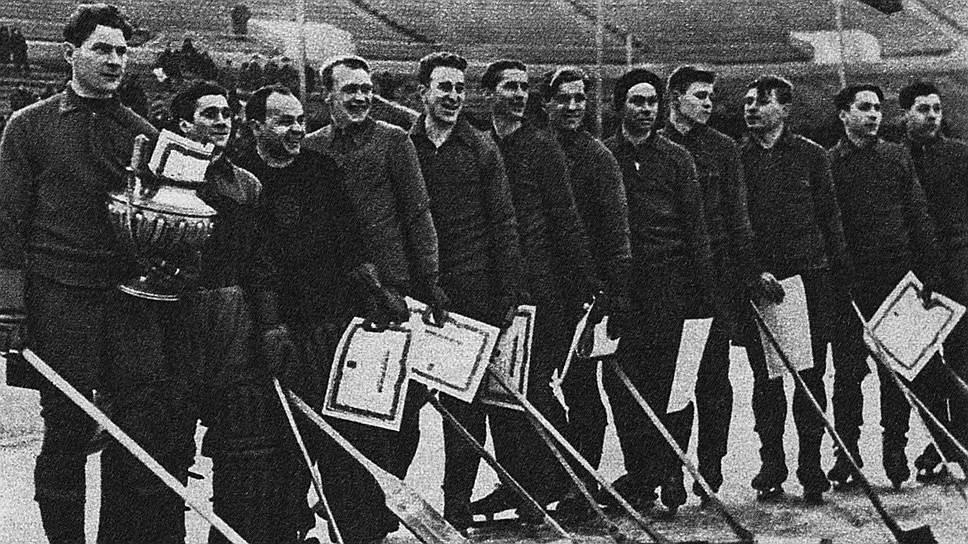 «И зимой Никаноров (на фото — первый слева) ревностно оберегает хоккейные ворота, но уже как лучший игрок защиты и капитан команды»